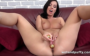 Attractive brunette hussy cums from beads and dildo