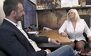 Mature therapist makes man sultry with an increment of blows his load of shit